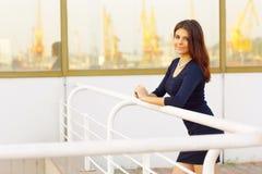 Donna di affari felice sicura all'aperto fotografia stock
