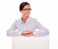 Donna di affari felice sorridente con un cartello Fotografia Stock