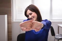 Donna di affari felice Stretching Her Hands fotografie stock