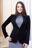 Donna di affari felice in ufficio fotografie stock libere da diritti