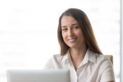 Donna di affari felice Working On Laptop in ufficio immagine stock