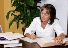 Donna di affari femminile che cattura le note Fotografia Stock Libera da Diritti