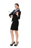 Donna di affari gesturing GIUSTA con la cartella Immagine Stock