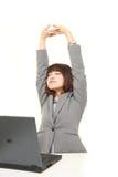 Donna di affari giapponese che fa allungamento Fotografia Stock