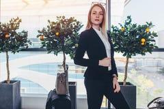 Donna di affari giovane che sta nell'aeroporto immagini stock libere da diritti