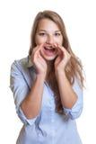 Donna di affari giovane di grido con capelli biondi lunghi Fotografia Stock