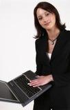 Donna di affari gli che mostra il suo calcolatore Immagine Stock Libera da Diritti