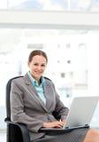 Donna di affari graziosa che lavora al suo scrittorio Immagini Stock Libere da Diritti