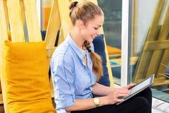 Donna di affari graziosa che lavora con il nuovo progetto startup facendo uso della compressa in sottotetto moderno Donna in busi Fotografia Stock Libera da Diritti
