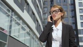 Donna di affari graziosa che parla irosamente sul telefono stock footage