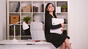 Donna di affari graziosa nel suo ufficio video d archivio