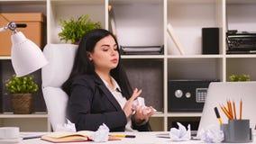 Donna di affari graziosa nel suo ufficio stock footage
