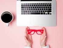 Donna di affari Holding Eyeglasses fotografie stock libere da diritti