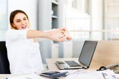 Donna di affari Holding Painful Wrist all'ufficio immagini stock libere da diritti