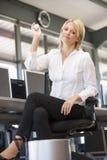 Donna di affari in immondizia di lancio dell'ufficio in scomparto Fotografia Stock Libera da Diritti