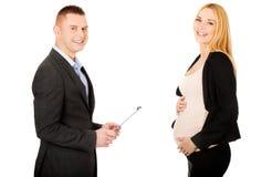 Donna di affari incinta che parla con il suo partner Fotografie Stock