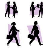 Donna di affari incinta sul lavoro Immagini Stock