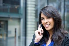 Donna di affari indiana sul telefono Fotografie Stock