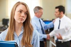 Donna di affari infelice With Male Colleague che si è congratulato Fotografie Stock