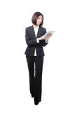 Donna di affari integrale che sorride per mezzo del pc del ridurre in pani immagini stock