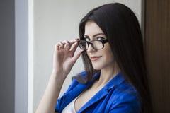 Donna di affari interessata in vetri immagini stock