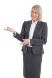 Donna di affari isolata più anziana o matura che presenta sopra il bianco Fotografia Stock Libera da Diritti