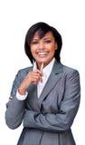Donna di affari ispanica di risata che tiene una penna Fotografie Stock
