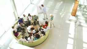 Donna di affari Leading Brainstorming Session con i colleghi stock footage