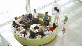 Donna di affari Leading Brainstorming Session con i colleghi archivi video