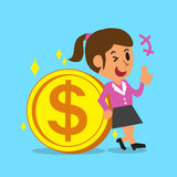 Donna di affari Leaning Against una grande moneta Immagini Stock