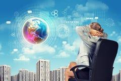 Donna di affari Looking ad orizzonte con il globo in cielo Fotografie Stock Libere da Diritti