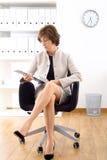 Donna di affari maggiore all'ufficio Fotografia Stock