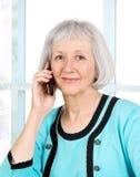 Donna di affari maggiore con il telefono delle cellule immagine stock libera da diritti