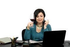 Donna di affari matura che celebra il suo successo con vino di vetro Fotografia Stock
