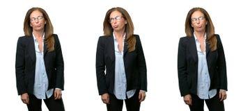 Donna di affari di medio evo con capelli lunghi immagini stock