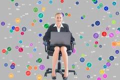 Donna di affari messa con un computer portatile davanti ad un fondo digitale Fotografia Stock Libera da Diritti