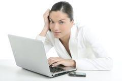 Donna di affari moderna con il vestito bianco Fotografie Stock Libere da Diritti