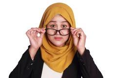 Donna di affari musulmana Adjusting Eyeglasses immagini stock
