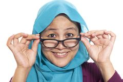 Donna di affari musulmana Adjusting Eyeglasses fotografia stock libera da diritti