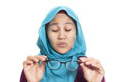 Donna di affari musulmana Adjusting Eyeglasses fotografia stock