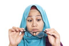 Donna di affari musulmana Adjusting Eyeglasses immagine stock