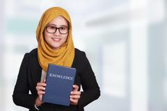 Donna di affari musulmana With Book di conoscenza Fotografie Stock Libere da Diritti