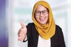 Donna di affari musulmana Offering Handshake Gesture immagini stock libere da diritti