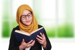 Donna di affari musulmana Reading Book Fotografie Stock Libere da Diritti