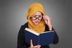 Donna di affari musulmana Reading Book Fotografie Stock