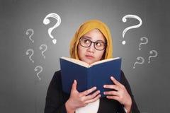 Donna di affari musulmana Reading Book Immagine Stock