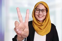 Donna di affari musulmana Showing Number Two Victory Gesture fotografia stock