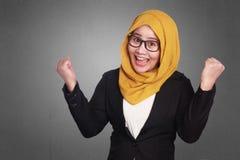 Donna di affari musulmana Winning Gesture immagine stock libera da diritti