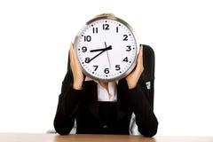 Donna di affari nascosta dietro l'orologio Immagine Stock Libera da Diritti