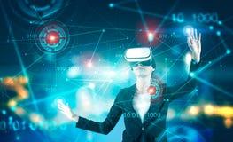 Donna di affari negli occhiali di protezione di VR, nel codice binario e nel hud fotografie stock
